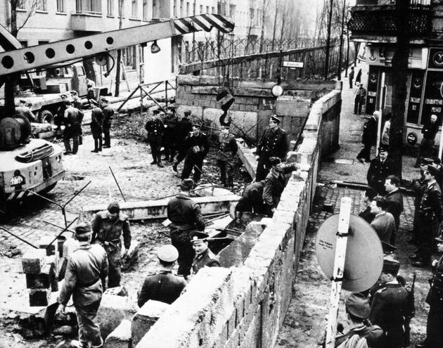 historical-photos-pt6-construction-of-berlin-wall-1961